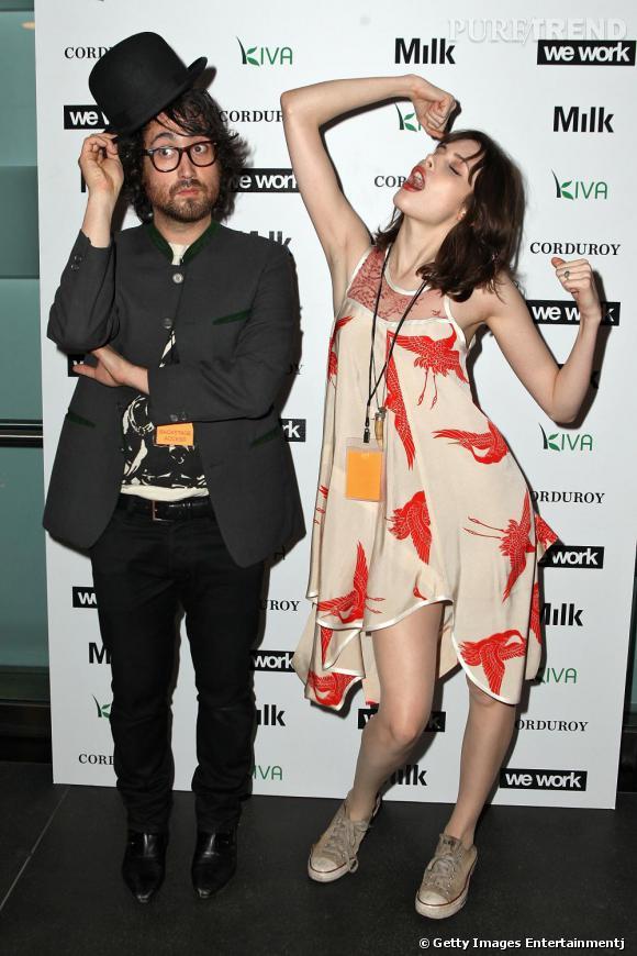 Charlotte Kemp Muhl et Sean Lennon, un couple qui se prend volontiers au jeu du photocall.