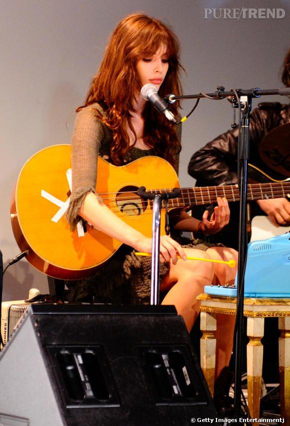 Charlotte sur scène en plein concert des Ghost of a Saber Tooth Tiger.