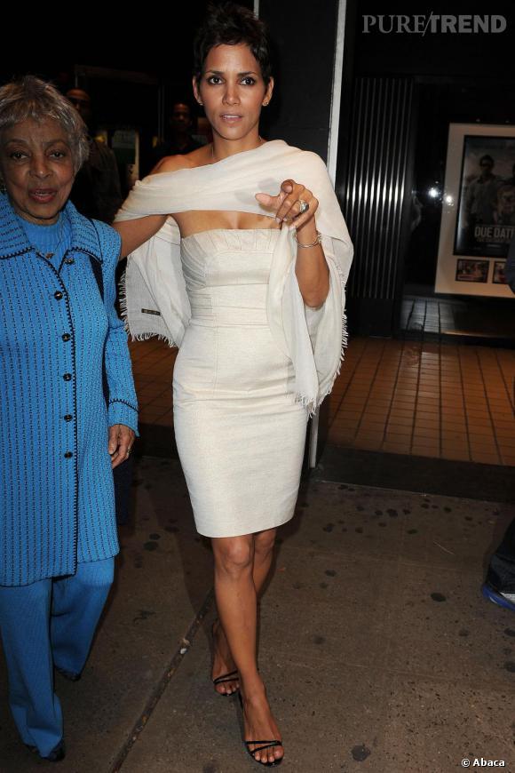 Pudique, hors des projecteurs, l'actrice se couvre d'un châle blanc en harmonie avec sa tenue.
