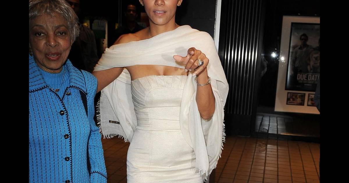 Pudique hors des projecteurs l 39 actrice se couvre d 39 un for Hors des robes de mariage rack new york