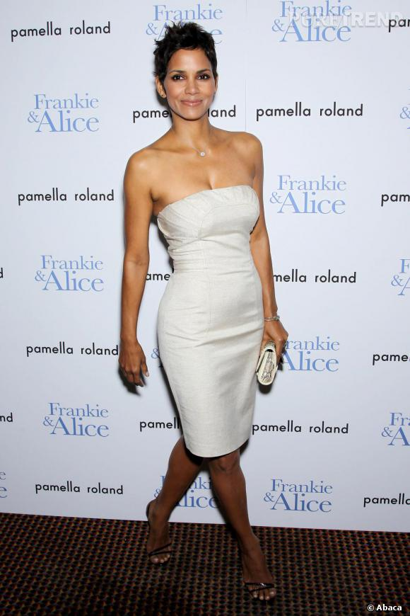 Juchée sur des escarpins Louboutin, Halle prend la pose en robe Pamella Roland.