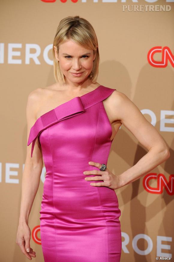 Renee Zellweger parie sur une robe satinée asymétrique. Un choix qui a le mérite de la mettre en avant.