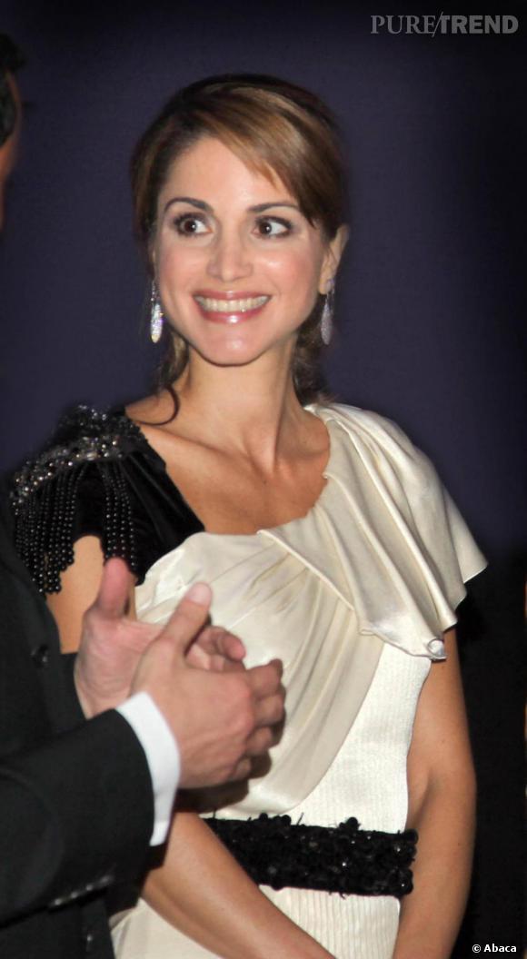 Jeu de drapés pour la robe beige et noir de Rania.