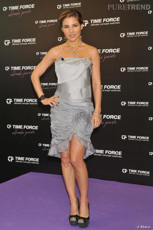 En harmonie avec les bijoux, l'actrice opte pour un total look gris du plus clair au plus foncé.