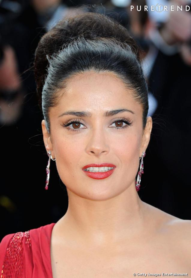 les plus belles coiffures de stars un chignon hepburnien la salma hayek. Black Bedroom Furniture Sets. Home Design Ideas