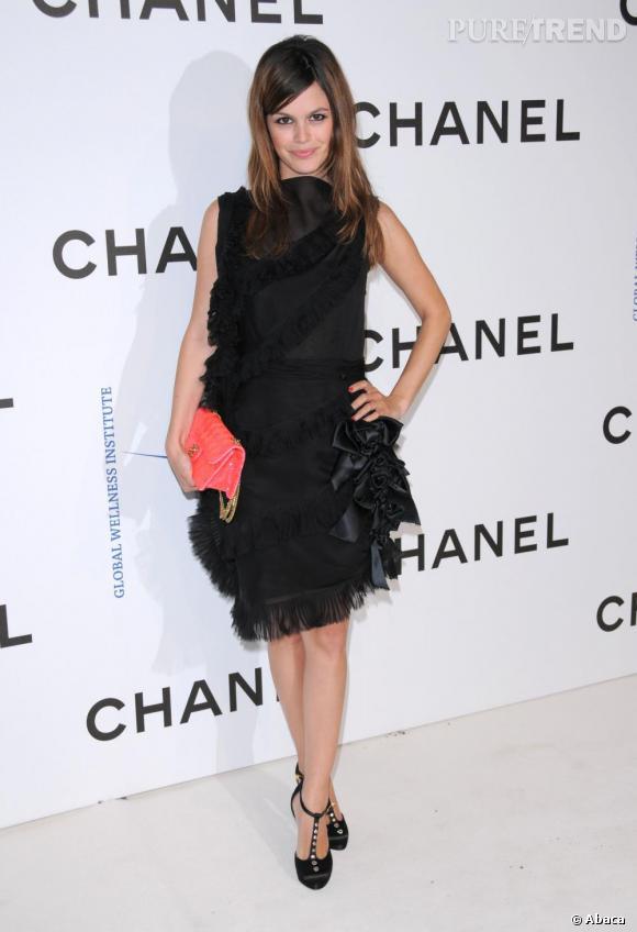 Rachel Bilson se suffit d'une petite robe noire mais opte pour des accessoires un peu flashy avec un sac Chanel rose fluo et des salomés à strass.