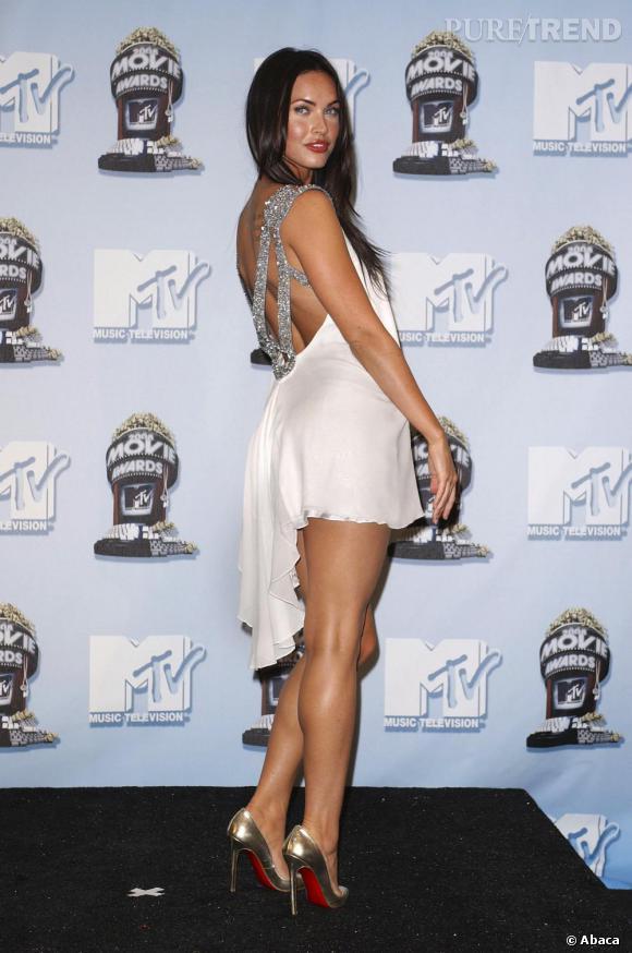 Sur des escarpins dorés, Megan Fox opte pour une petite robe très légère aux bretelles en sequins argentés.