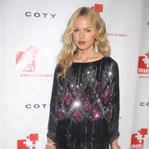 Rachel Zoe, l'ex styliste de Nicole Richie, opte pour une longue robe noire rebrodée de sequins argentés et mauves.