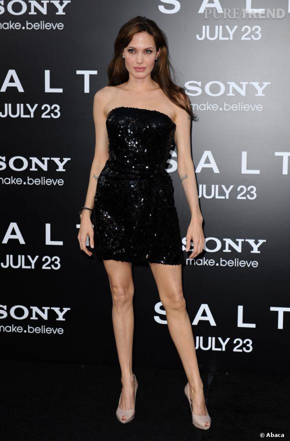 Si Angelina Jolie reste certes minimaliste avec une petite robe noire mais elle n'en oublie pas de jouer les divas et opte pour un modèle rebrodé de sequins.