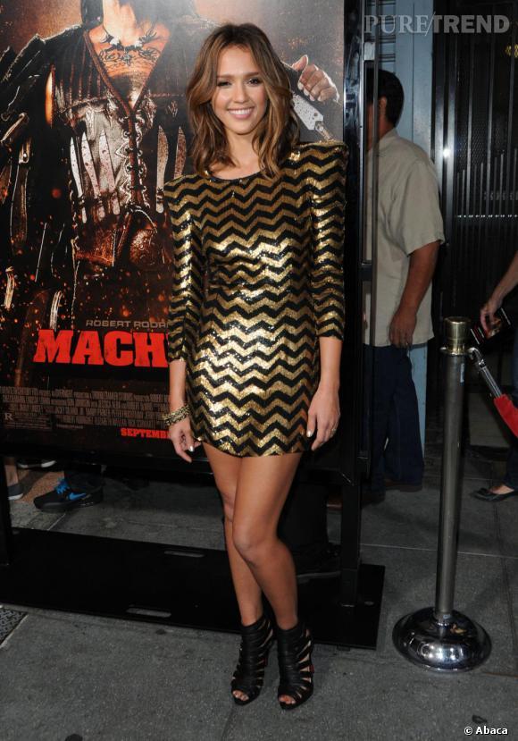 Pour briller, Jessica Alba opte pour une robe zig zag en sequins signée Balmain.