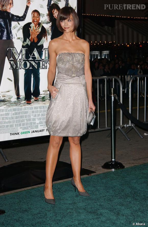 Même la très casual Katie Holmes s'affiche en robe brillante, mais plus sage avec une longueur genoux.