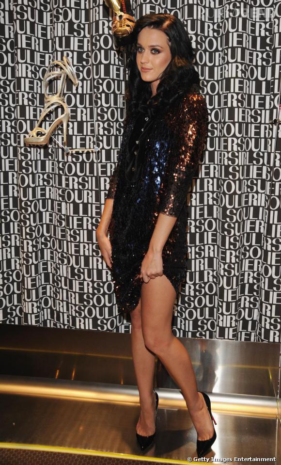 Jamais avare niveau glitter, Katy Perry mise sur le sequin bronze et bleu qui flatte sa carnation.