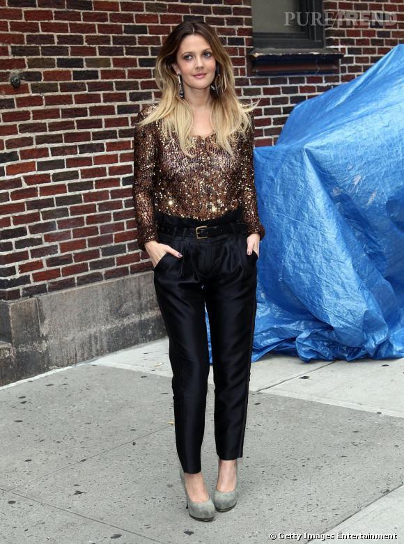 Drew Barrymore craque pour un body sequins bronze qu'elle dédramatise avec un carrot pant noir satiné.
