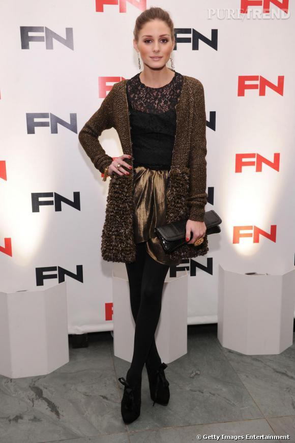 Pour illuminer son look un peu sombre, Olivia Palermo jette son dévolu sur une petite jupe lamée. Un succès.