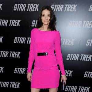 Michelle Monaghan ponctue son look rose shocking d'une pointe de noir.