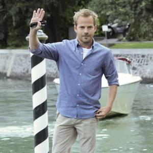 """Afin de promouvoir """"Somewhere"""" lors du Festival de Venise, l'acteur opte pour une tenue très classique qu'il modernise avec des chaussures style ranger et des manches roulées."""