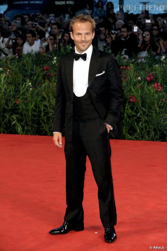 Sur red carpet, il n'hésite pas à jouer la carte James Bond jusqu'au bout avec un smoking trois pièces et un noeud papillon.