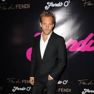 """La tenue """"cool"""" made in Stephen : la veste de costume et le jean noir un tantinet délavé."""