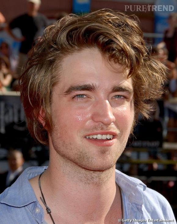 Robert Pattinson : il a beau être considéré comme un des hommes les plus sexy de la planète, ses cheveux n'en sont pour autant clean.