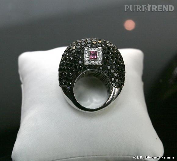 """La bague """"Sharon"""" créée spécialment par Edouard Nahum pour Sharon Stone. Diamants noirs, blancs et rubis."""