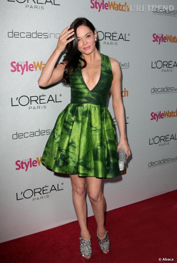 Rose McGowan ose une robe très verte, associée à des accessoires argentés. Bof.