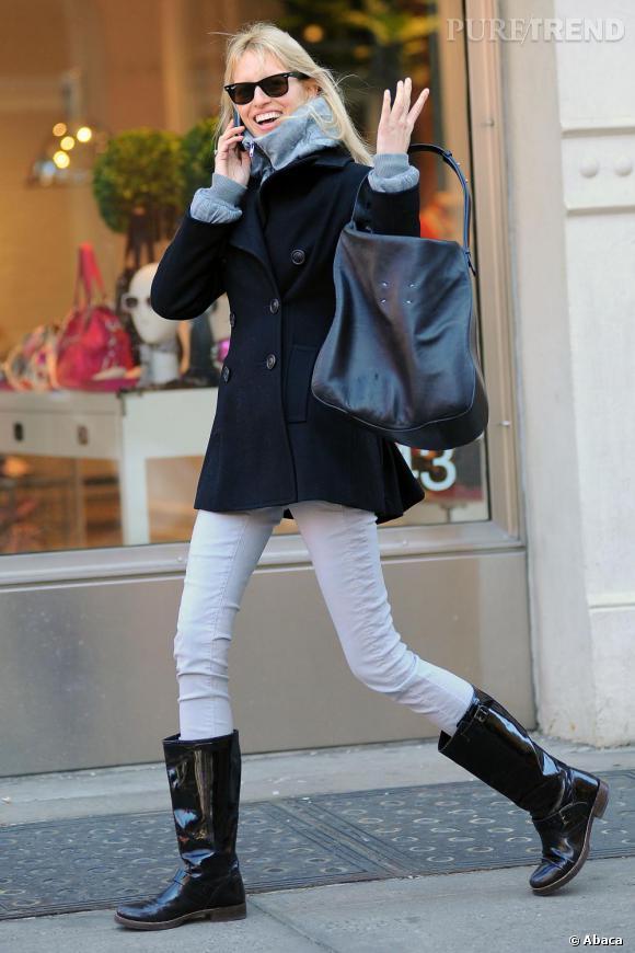 Pantalon blanc et bottes vernies, Karoline Kurkova ose le black & white.