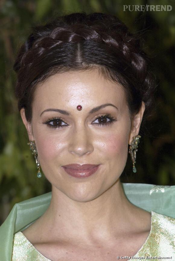Alyssa Milano adopte la mode Bollywood avec un bijou frontal.