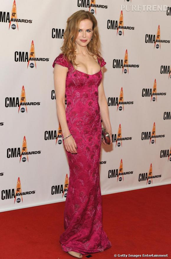 Nicole Kidman adopte une robe longue très hindou rose fuchsia à sequins.