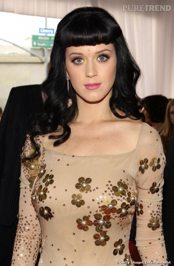 Adulatrice de la mode hindou, Katy Perry s'essaye au bijou frontal.