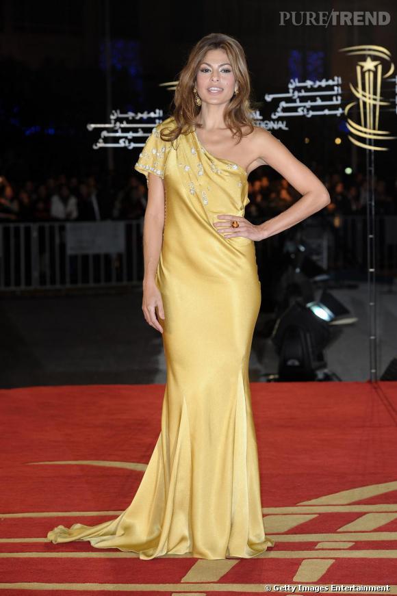 Grande amatrice des looks orientaux, Eva Mendes s'essaye à la longue robe jaune so bollywoodienne.