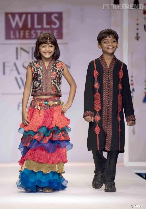 """Les deux enfants du film """"Slumdog Millionnaire"""", Rubina et Azharrudin défilent pour Ashima et Leena Singh."""