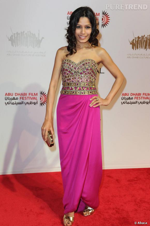 La sublime Freida Pinto dans un total style cliché bollywoodien : une robe bustier à sequins sur le haut et rose.