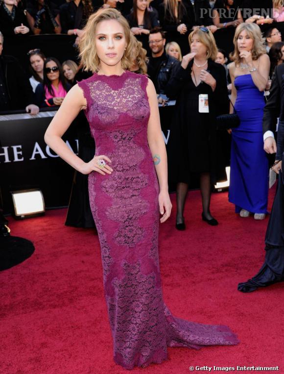 Scarlett Johansson en robe Dolce & Gabbana violine.