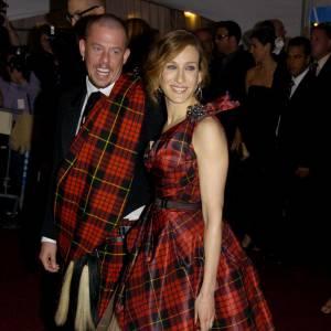 Modeuse, elle charme le plus décalé des couturiers, Alexander McQueen.