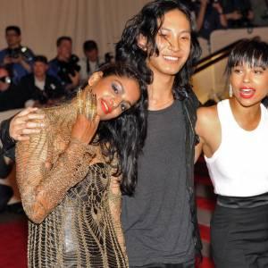 Alexander Wang bien entouré de M.I.A. et de Zoë.
