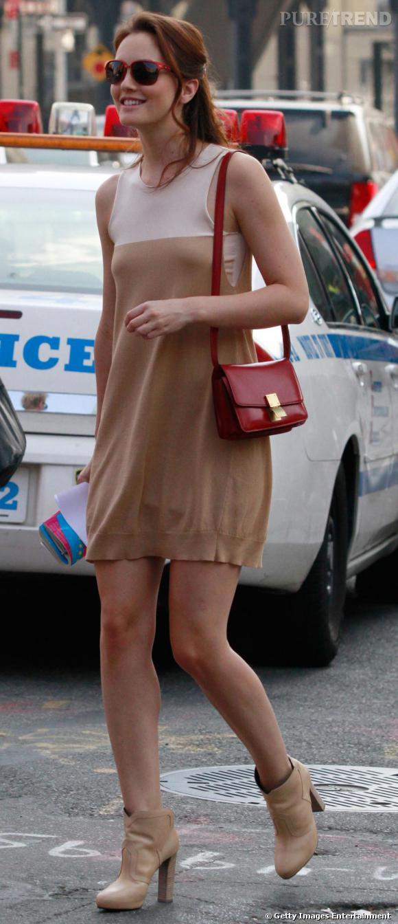 """Avec une robe claire, Leighton s'offre une touche colorée au niveau des lunettes et du sac, le tout rétro avec le """"Classic Box"""" de Céline."""