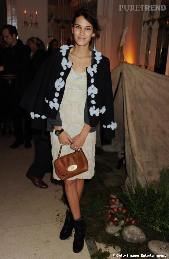 Alexa Chung est une femme Mulberry, même lorsqu'il s'agit des modèles les plus petits.
