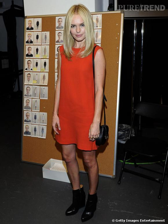 Afin de ne pas voler la vedette à sa robe rouge, Kate Bosworth mise sur le petit sac en cuir porté en bandoulière par Derek Lam.