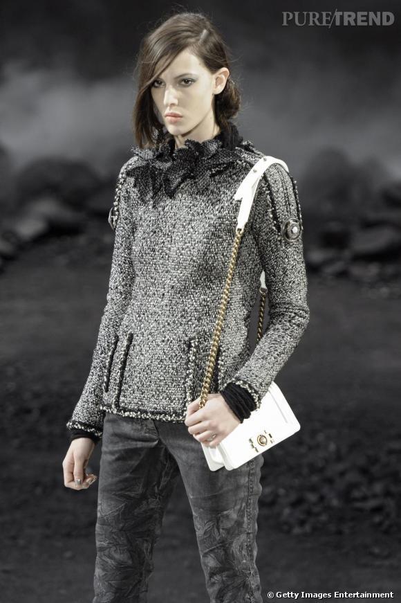 Chez Chanel pour l'automne-hiver 2011/2012 le sac bandoulière se fait mini pour plus de liberté et immaculé pour apporter du relief à la tenue.