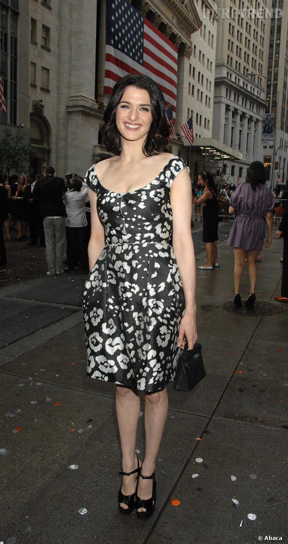 """Rachel Weisz agrémente sa tenue du """"Kelly"""" d'Hermès mais version miniature, doublement dans la tendance."""