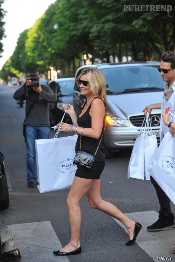 Avec ses nombreux paquets pas question de s'encombrer d'un sac XL, Kate Moss mise sur le petit modèle en cuir porté en bandoulière.