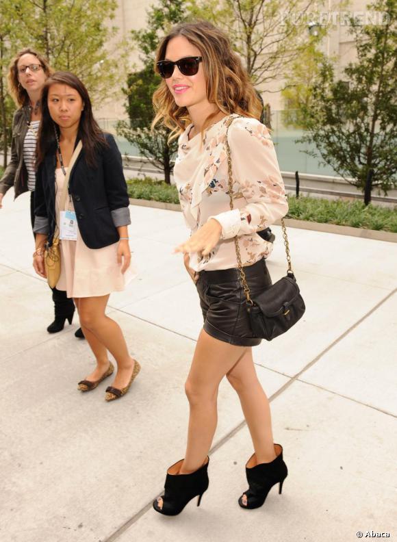 Terriblement lookée, Rachel Bilson mise sur le sac xxs se fondant avec sa tenue.