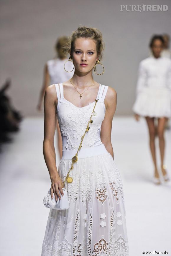 Chez Dolce & Gabbana, le printemps sera au micro sac à la lanière breloque et à la dentelle.