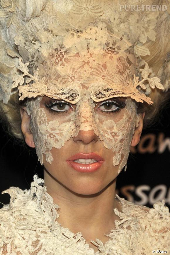 """Nom  : Lady Gaga   Anti-secret de beauté  : ne jamais se démaquiller le soir    Déclaration  : """"Je ne me démaquille jamais avant d'aller me coucher, je sais que ce n'est pas bon pour la peau mais j'ai de la chance, j'ai de bons gènes""""."""