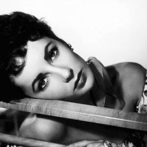 """Nom : Liz Taylor  Anti-secret de beauté : se raser pour lutter contre la pilosité faciale  Gossip de son esthéticienne : """"Tout comme sa consoeur Marilyn Monroe, Liz Taylor était, elle aussi, une adepte du Bic matinal, elle se rasait quotidiennement pour se débarrasser du duvet insistant."""""""