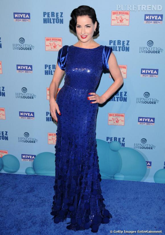 la belle brune sempare dune longue robe bleu lectrique - Robe Bleu Electrique Mariage