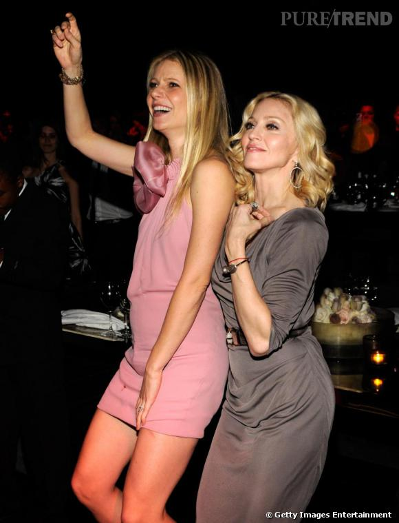 Gwyneth Paltrow et Madonna, l'une en rose l'autre en gris, toujours aussi complices.