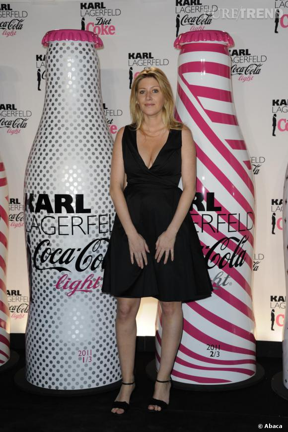 Amanda Sthers mise sur une petite robe noire style babydoll pour faire sensation.
