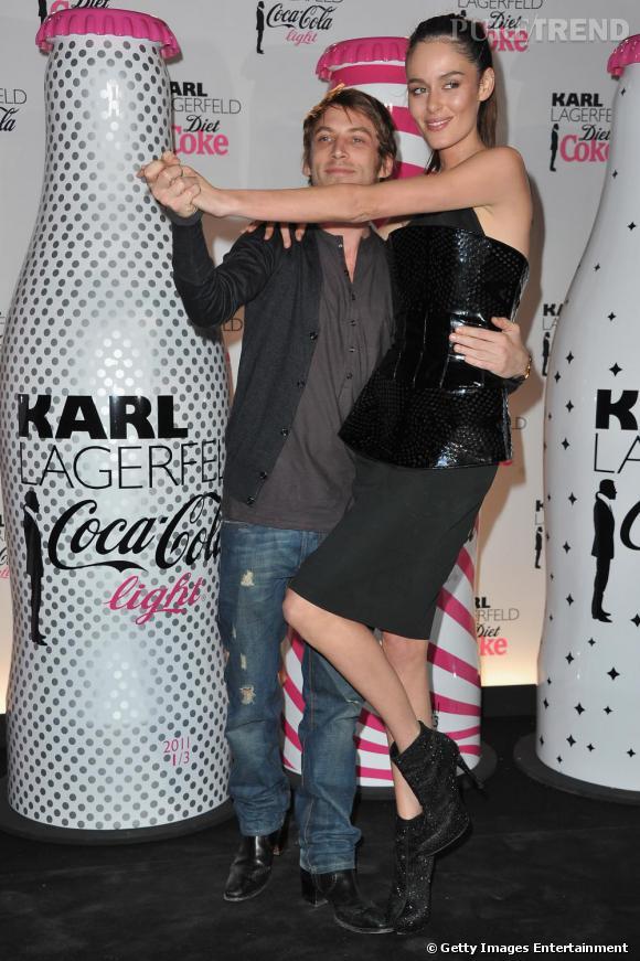 Le créateur Ora Ito et le top Nicole Trunfio esquissent un pas de danse.