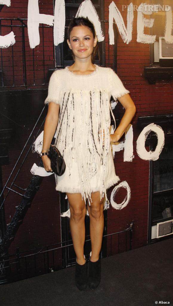 Version reine des glaces en Chanel, Rachel affiche une allure impeccable.